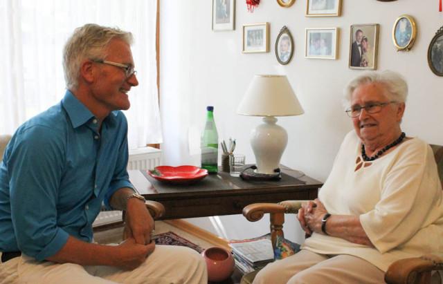 Einrichtungsleiter Andreas Wedeking im Gespräch mit unserer Bewohnerin Frau Zembok